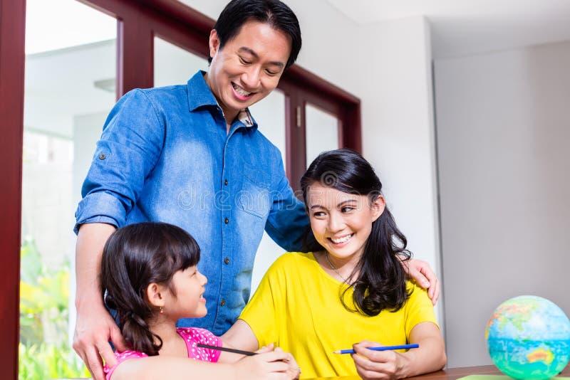 Famiglia cinese che impara matematica con il suo bambino immagini stock libere da diritti