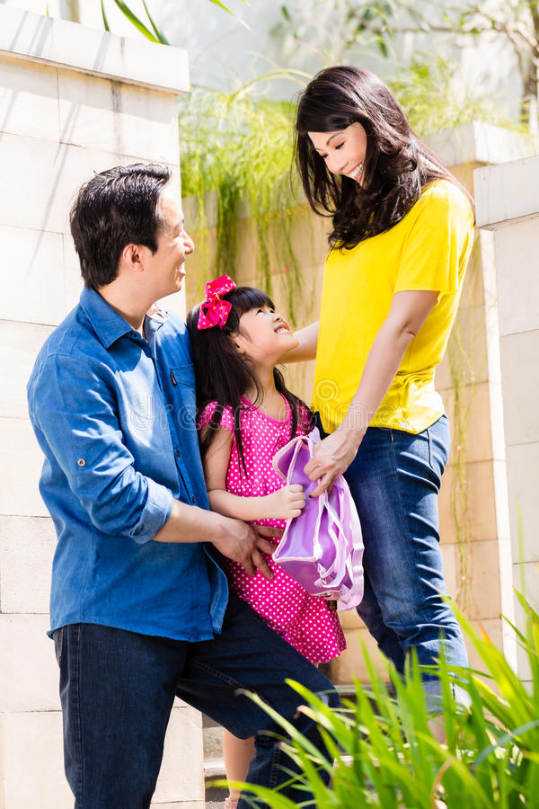 Famiglia cinese che invia ragazza alla scuola immagine stock libera da diritti