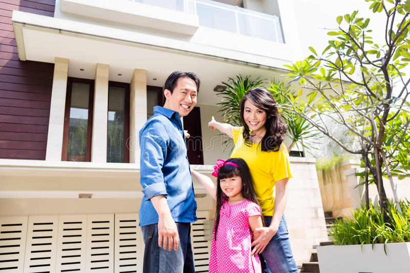 Famiglia cinese davanti alla casa fotografia stock