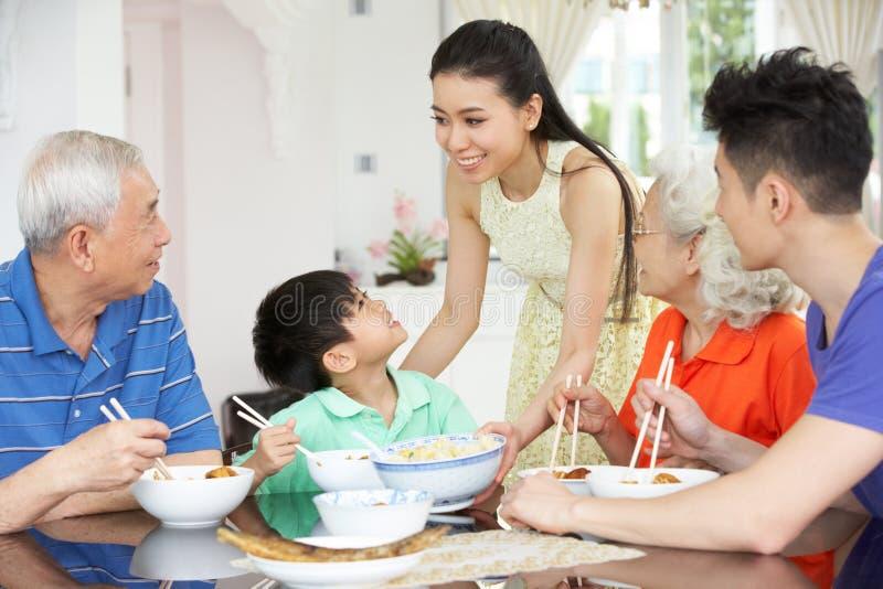 Famiglia cinese di diverse generazioni che mangia pasto immagine stock libera da diritti