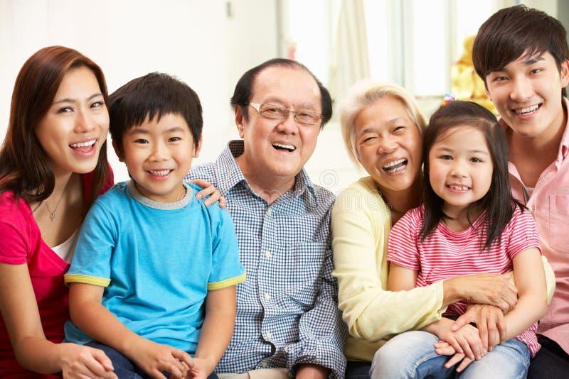 Famiglia cinese di diverse generazioni che si distende nel paese fotografia stock