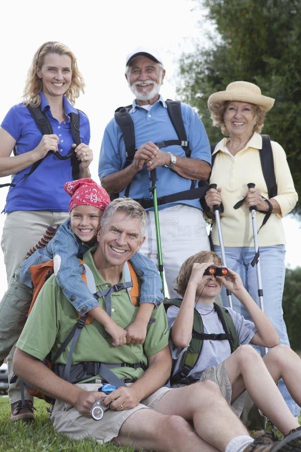 Famiglia con attrezzatura di camminata fotografia stock