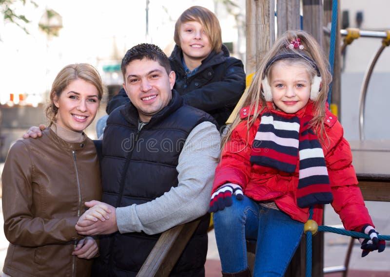 Famiglia con due bambini che hanno passeggiata fotografia stock libera da diritti