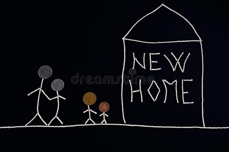 Famiglia con i bambini che godono di nuova casa, concetto insolito fotografie stock libere da diritti