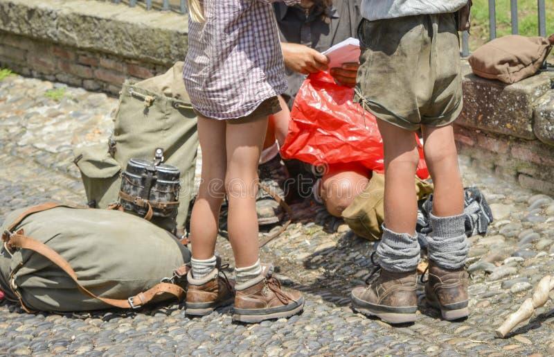 Famiglia con i bambini dei bambini in scarpe e vestiti per viaggiare fotografie stock