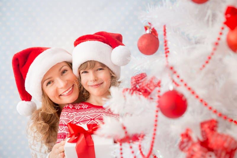 Famiglia con i regali di Natale immagine stock libera da diritti