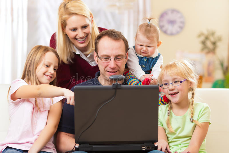 Famiglia con il calcolatore che ha videoconferenza fotografie stock libere da diritti
