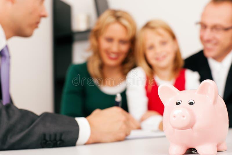 Famiglia con il consulente - finanze ed assicurazione fotografie stock