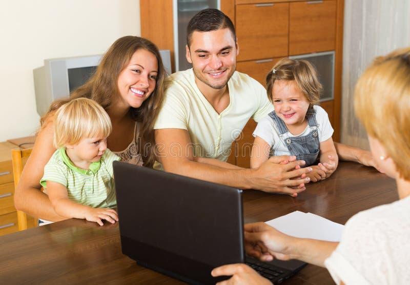 Famiglia con l'agente di assicurazione immagini stock