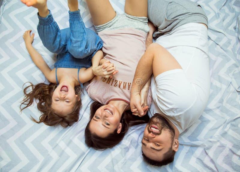 Famiglia con la figlia divertendosi a casa, il concetto di un felice fotografie stock libere da diritti
