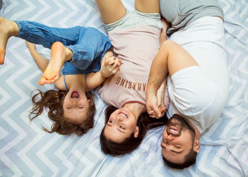 Famiglia con la figlia divertendosi a casa, il concetto di un felice immagine stock