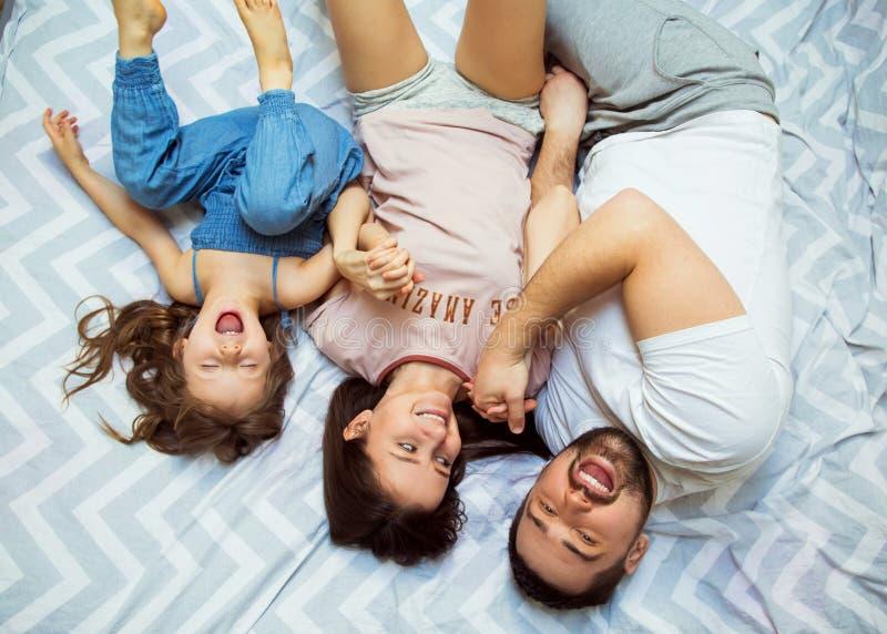 Famiglia con la figlia divertendosi a casa, il concetto di un felice fotografia stock