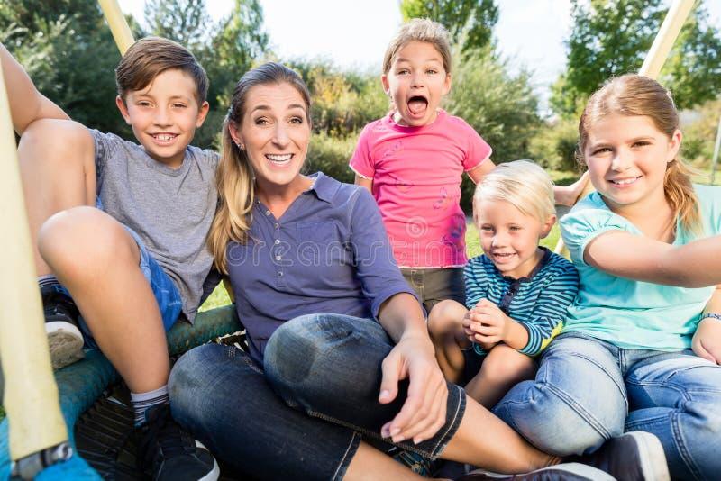 Famiglia con la mamma, i figli e le figlie prendenti insieme foto fotografia stock libera da diritti