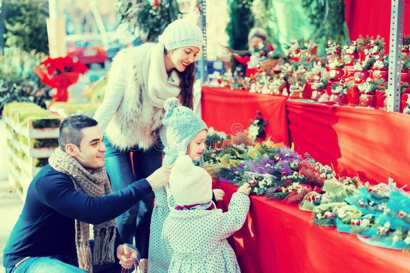 Famiglia con le bambine al mercato floreale fotografie stock