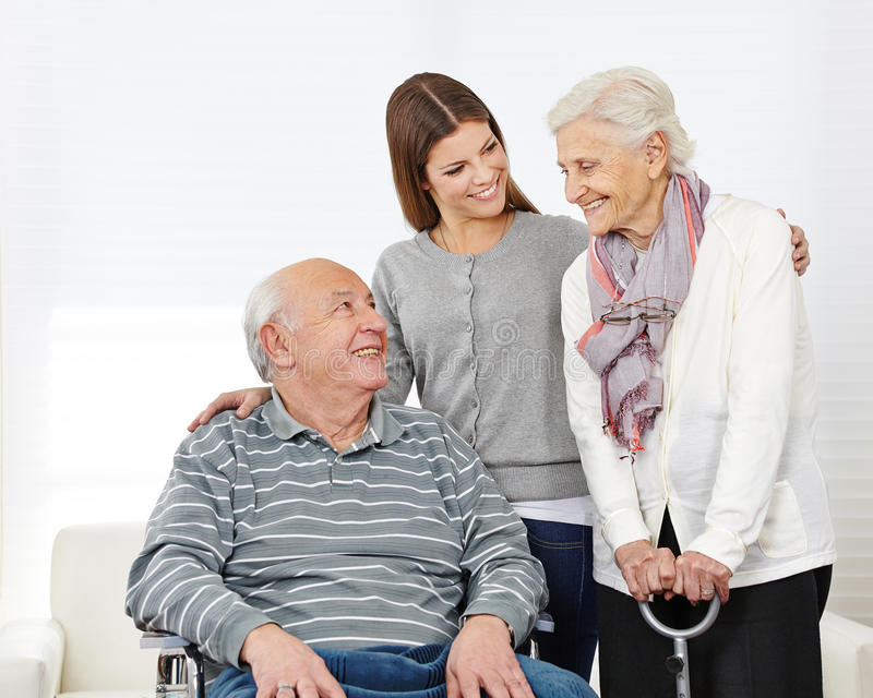 Famiglia con le coppie senior a casa immagini stock