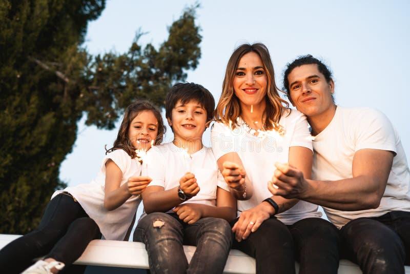Famiglia con le stelle filante felici fotografia stock