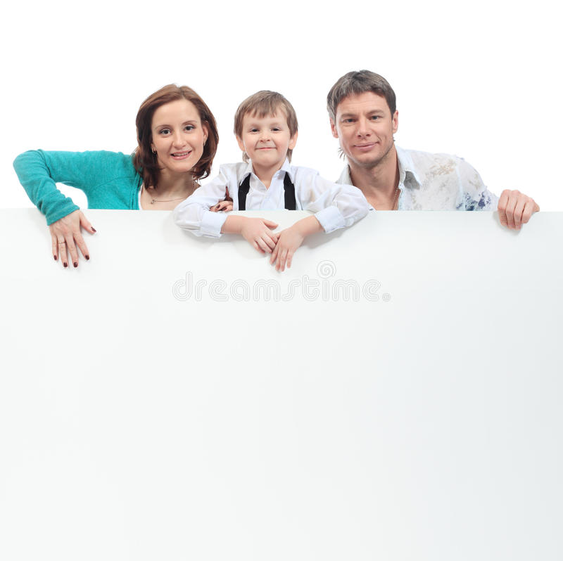 Famiglia con un tabellone per le affissioni immagine stock