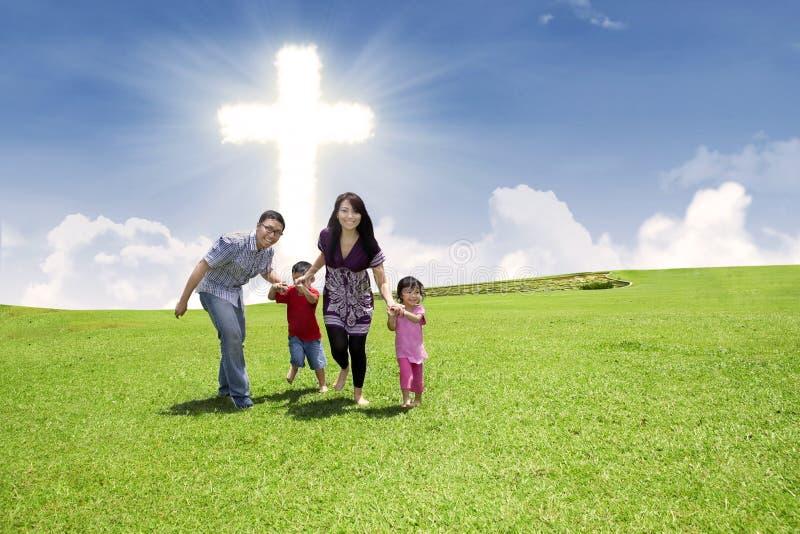 Famiglia cristiana che funziona nella sosta fotografie stock