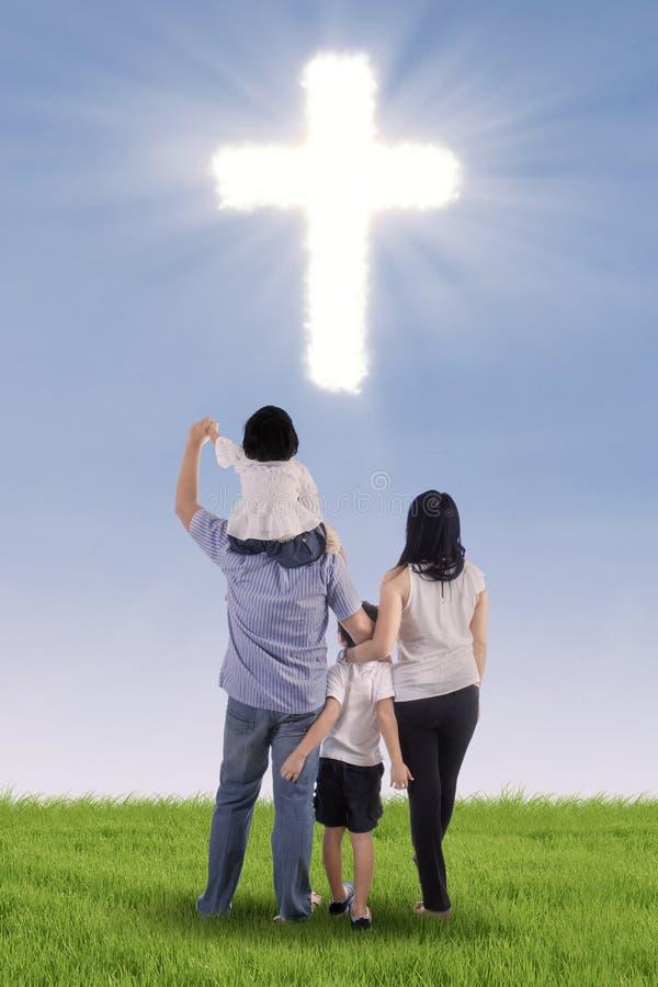 Famiglia cristiana con un incrocio fotografia stock libera da diritti