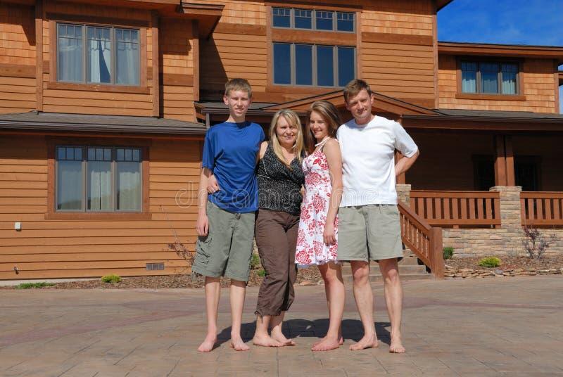 Famiglia dalla casa fotografie stock libere da diritti