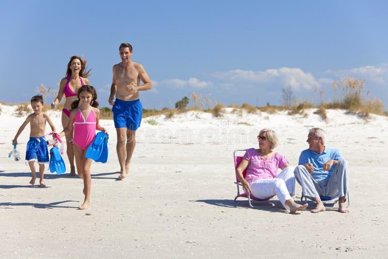 Famiglia dei bambini & dei nonni dei genitori sulla spiaggia immagine stock libera da diritti
