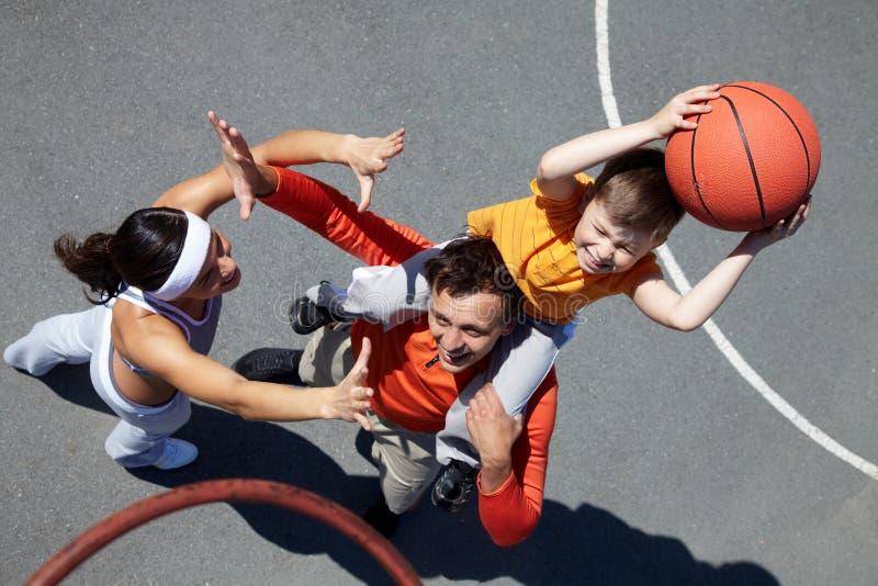 Famiglia dei giocatori di pallacanestro fotografia stock