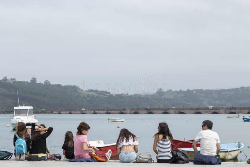 Famiglia dei turisti che riposano in San Vicente de la Barquera, Cantab fotografia stock libera da diritti