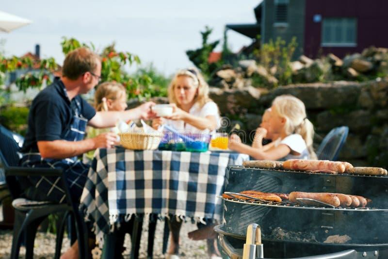 famiglia del barbecue che ha partito fotografia stock