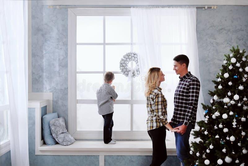 Famiglia del nuovo anno di raduno del padre e madre a casa fotografia stock libera da diritti
