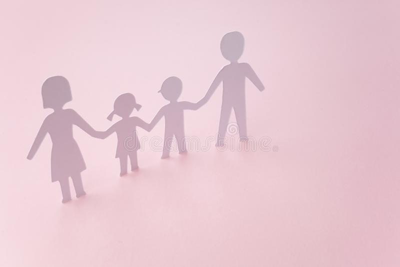 Famiglia del taglio del Libro Bianco su fondo rosa fotografia stock libera da diritti