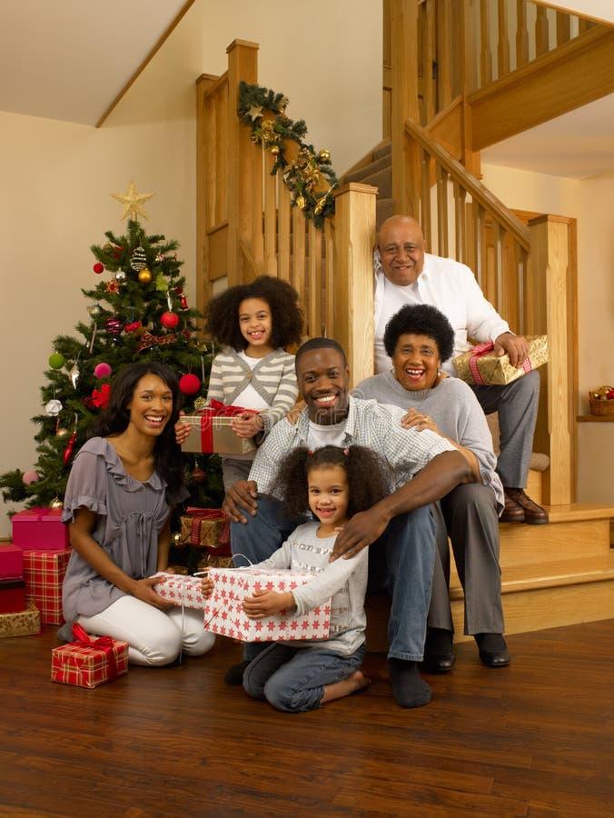 Famiglia dell'afroamericano a natale fotografia stock