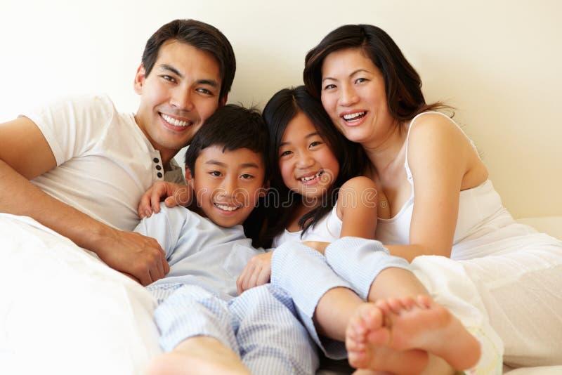 Famiglia dell'asiatico della corsa mista fotografia stock