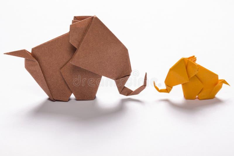 Famiglia dell'elefante di origami nel fondo bianco immagini stock libere da diritti