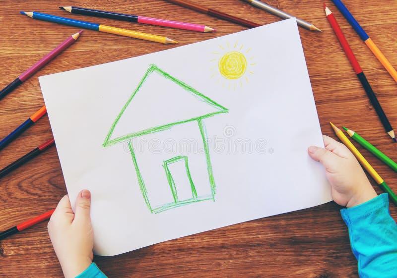 Famiglia della casa del bambino di tiraggio immagini stock libere da diritti