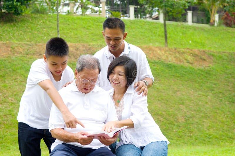 Famiglia della generazione dell'asiatico tre fotografia stock