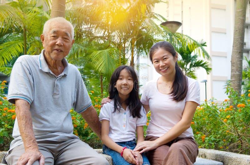 Famiglia della generazione dell'asiatico tre immagine stock