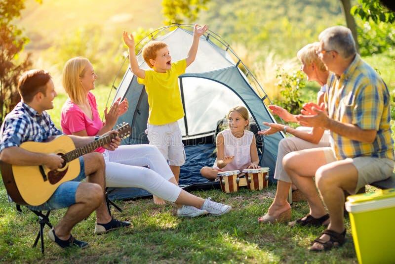 Famiglia della generazione nella campagna insieme immagine stock