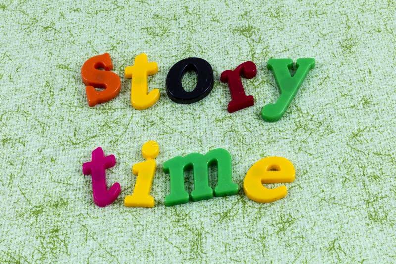 Famiglia della scuola della lettura del libro di tempo di storia imparare i bambini fotografia stock libera da diritti