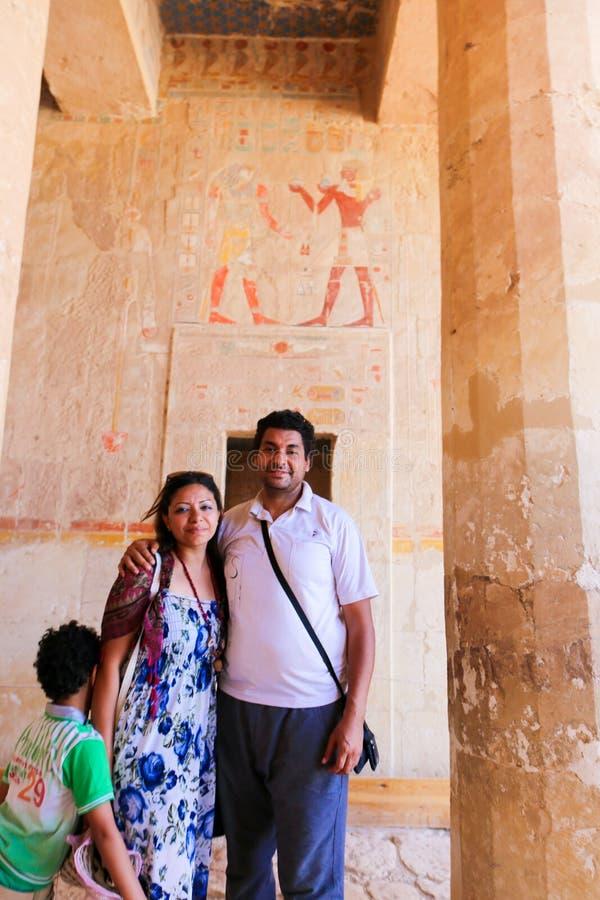 famiglia dentro il tempio Luxor, Egitto della regina Hatshepsut fotografie stock