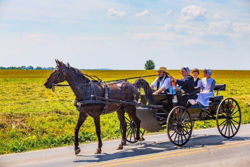 Famiglia di Amish in vagone nero fotografie stock