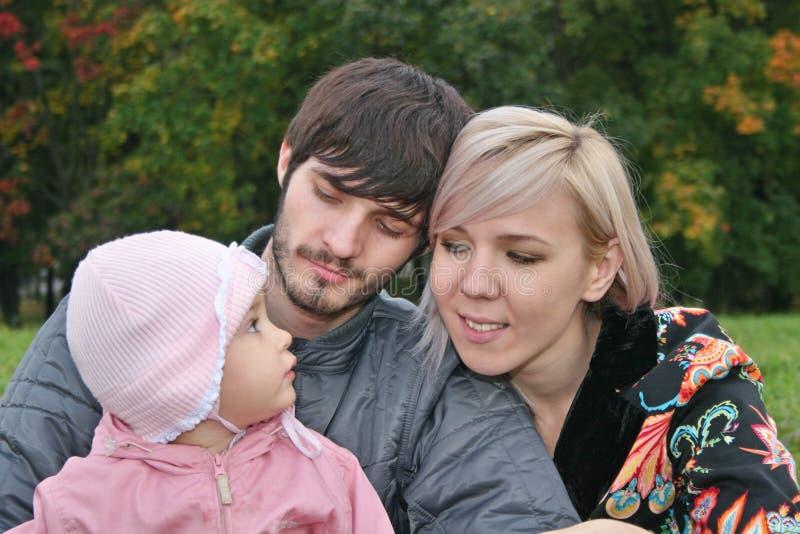 Famiglia di autunno con il bambino fotografia stock