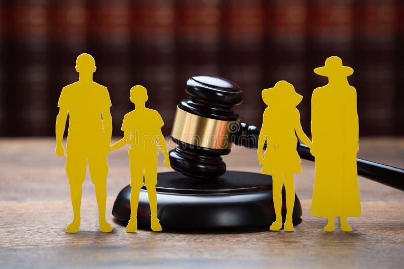 Famiglia di carta con Mallet On Table In Courtroom fotografia stock libera da diritti