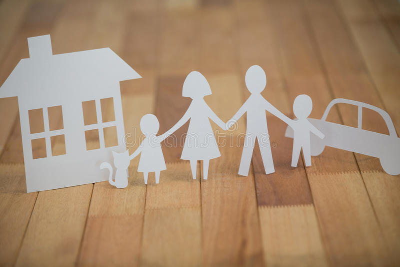 Famiglia di carta del ritaglio con la casa e l'automobile immagini stock