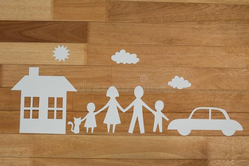 Famiglia di carta del ritaglio con la casa e l'automobile fotografie stock