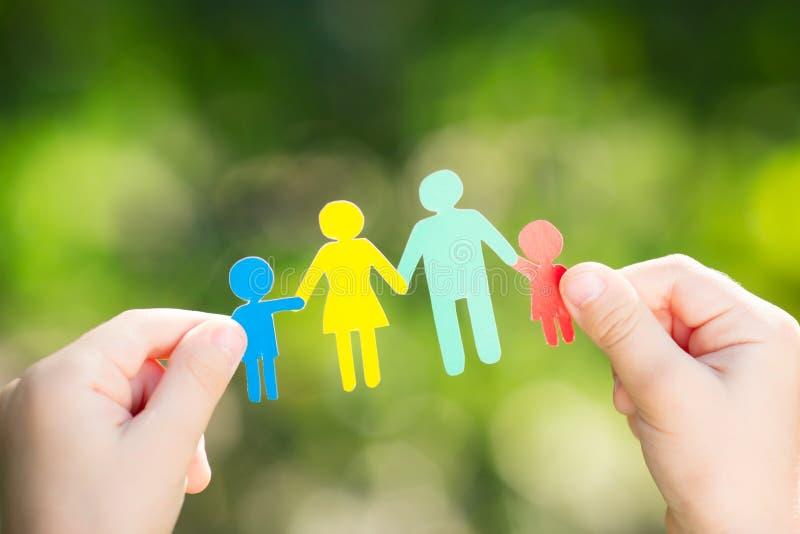 Famiglia di carta in mani immagini stock libere da diritti