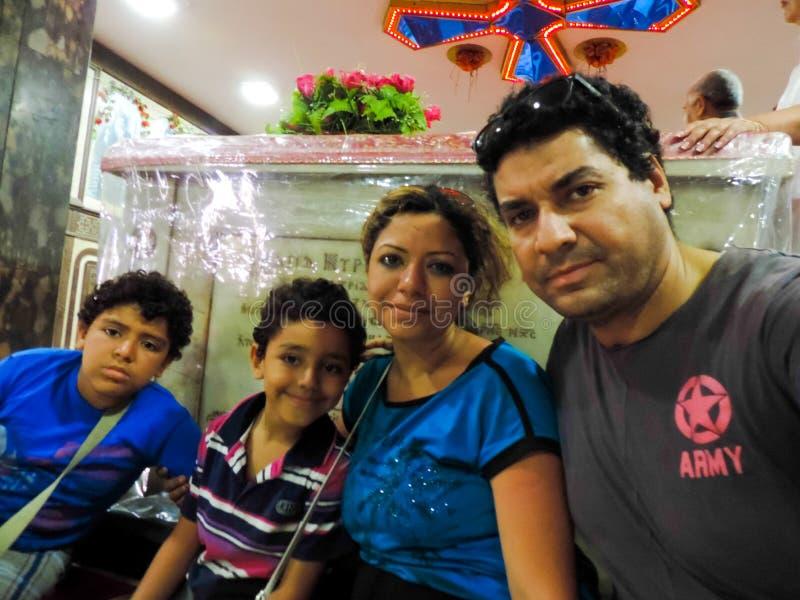 Famiglia di Cristian alla cattedrale - Egitto fotografia stock libera da diritti