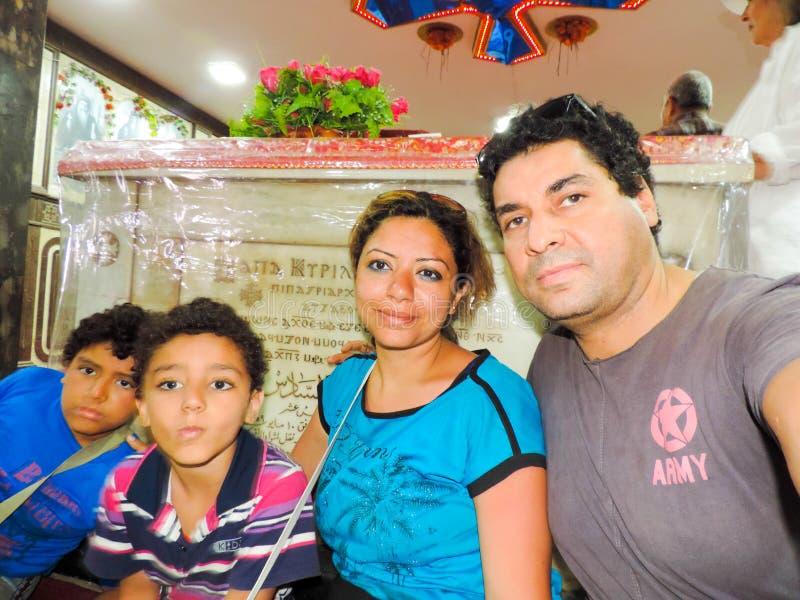 Famiglia di Cristian alla cattedrale - Egitto immagine stock