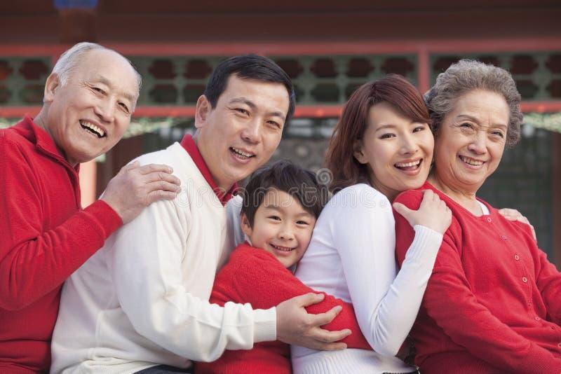Famiglia di diverse generazioni in cinese il cortile del cinese tradizionale immagini stock libere da diritti