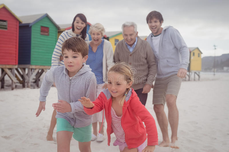 Famiglia di diverse generazioni felice alla spiaggia fotografia stock libera da diritti