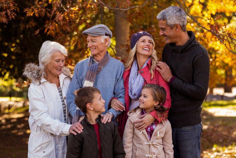 Famiglia di diverse generazioni felice che sta al parco fotografia stock libera da diritti